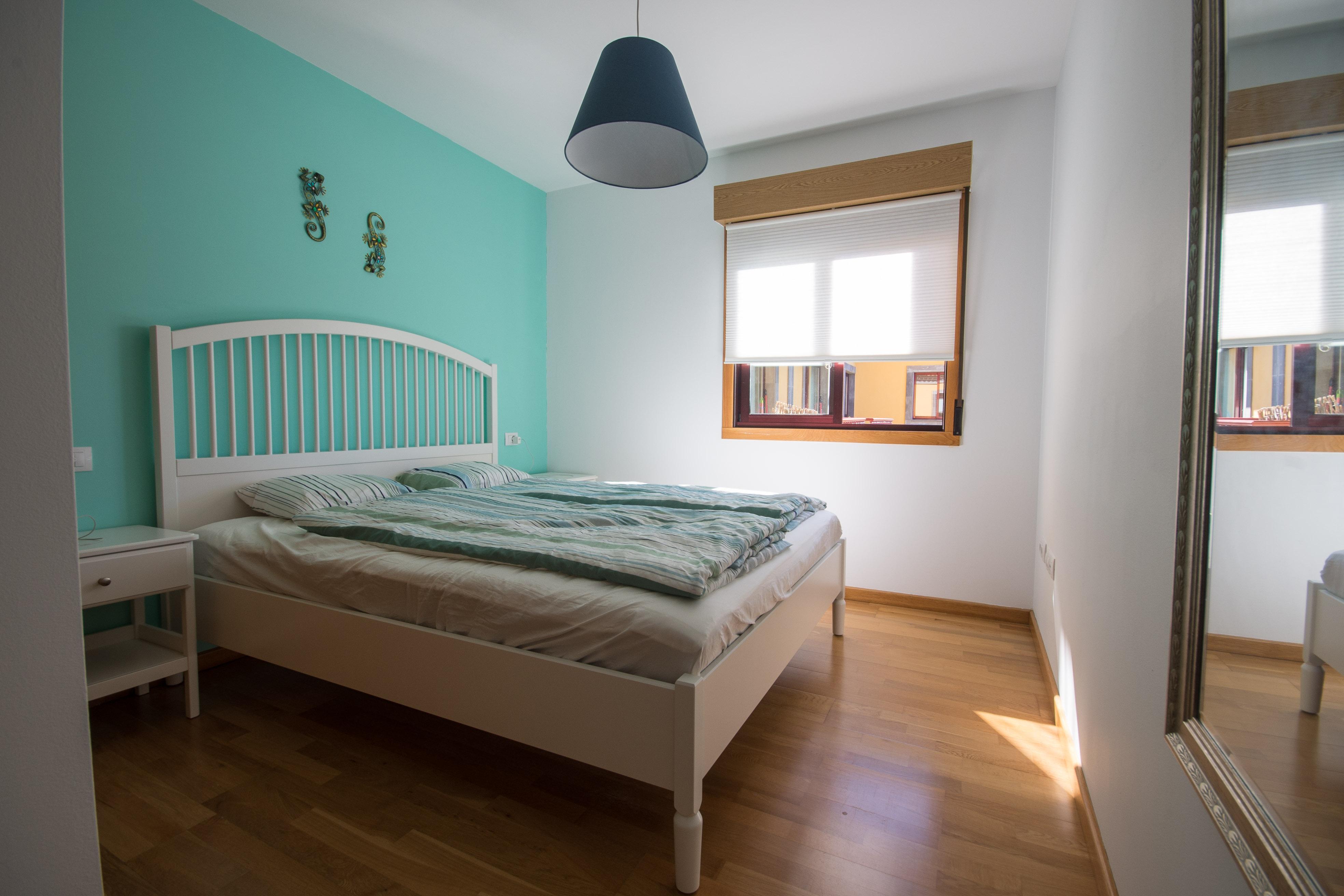 Schlafzimmer mit Duschbad