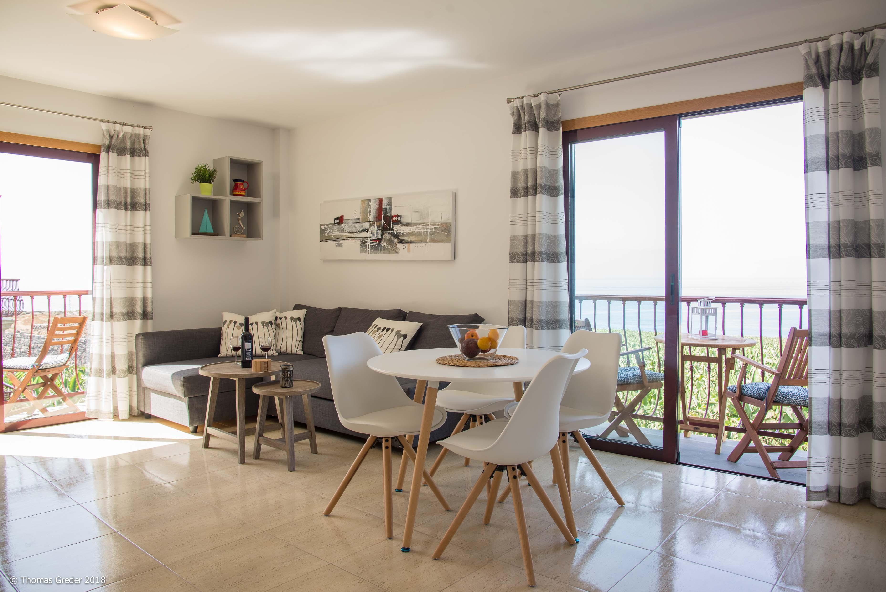 Wohnzimmer mit zwei Balkone